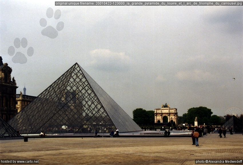la grande pyramide du louvre et l 39 arc de triomphe du carrousel paris avril 2001. Black Bedroom Furniture Sets. Home Design Ideas