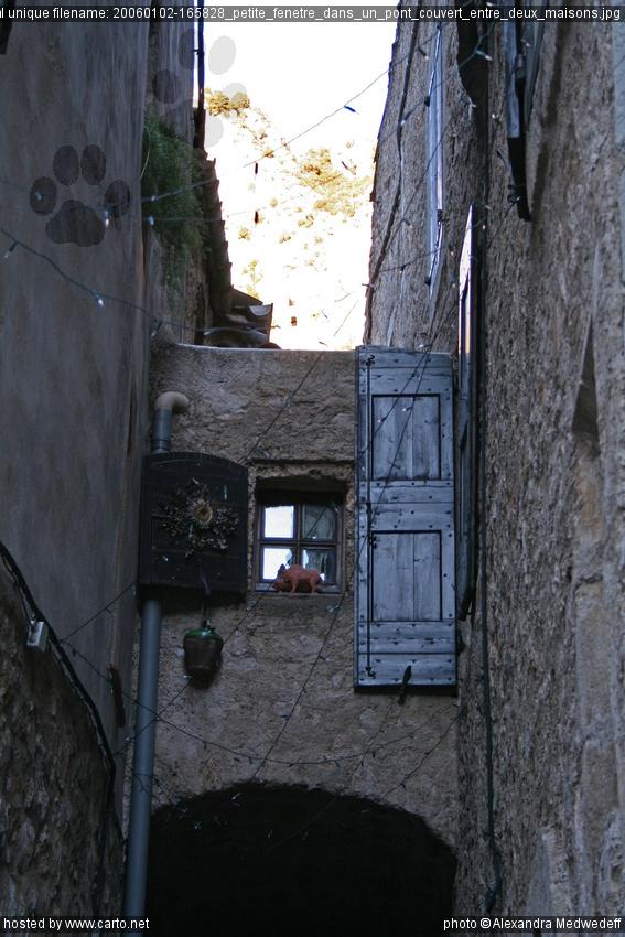 Petite fen tre dans un pont couvert entre deux maisons for Petite fenetre