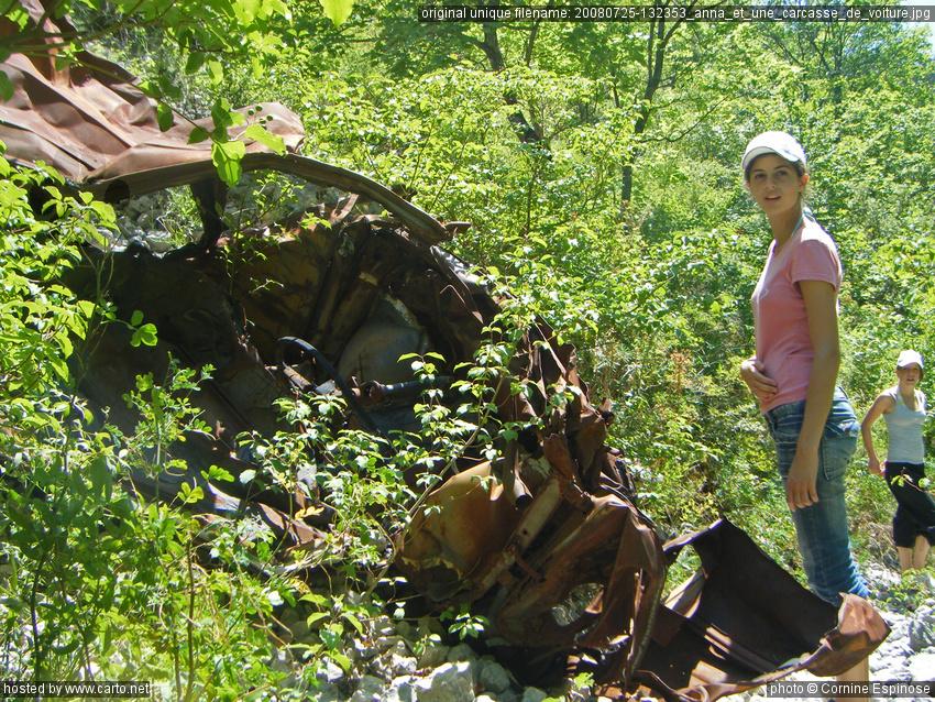 anna et une carcasse de voiture gorges de la nesque au sud du lac de monieux juillet 2008. Black Bedroom Furniture Sets. Home Design Ideas