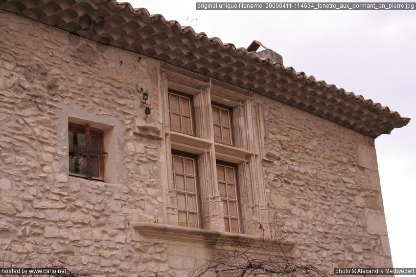 fen tre aux dormant en pierre vaison la romaine avril 2009