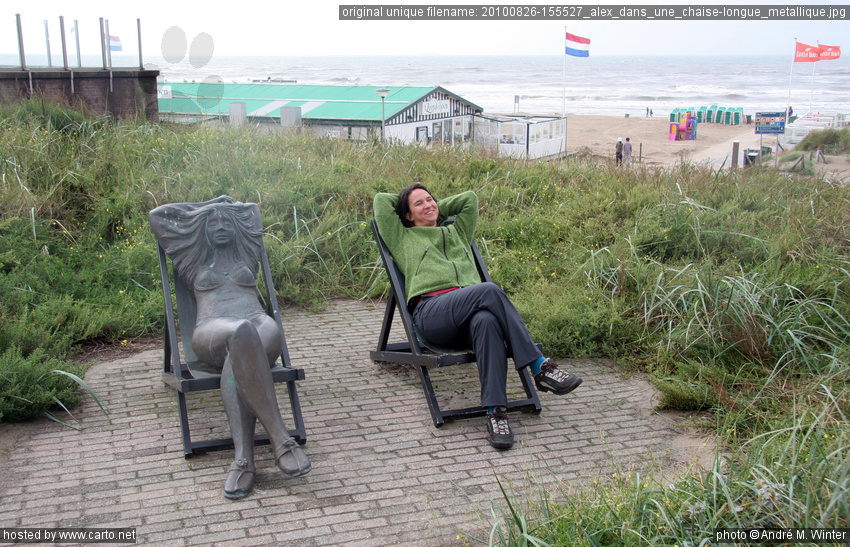 Alex dans une chaise longue m tallique scheveningen et for Chaise longue plage