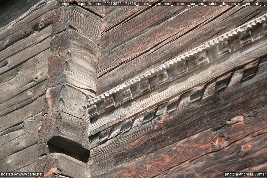 Poutre l g rement d cor e sur une maison de bois de for Poutre bois decorative