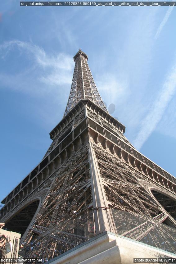 Au pied du pilier sud de la tour eiffel tour eiffel ao t 2012 - Restaurant dans la tour eiffel ...