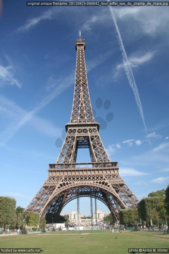 Tour eiffel vue du champ de mars tour eiffel ao t 2012 for Chaise pied tour eiffel