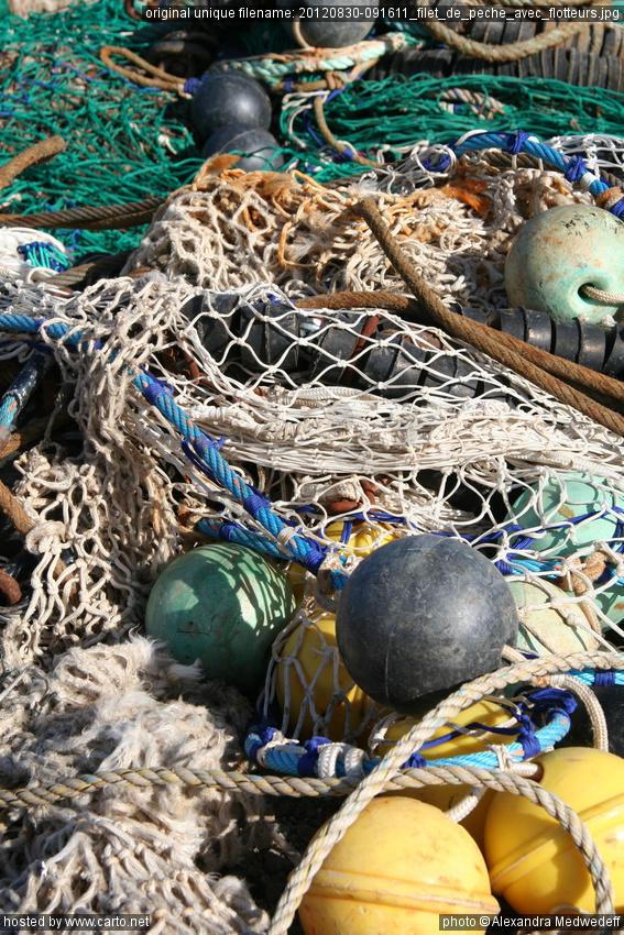 Le cordage pour la pêche en hiver sur le courant