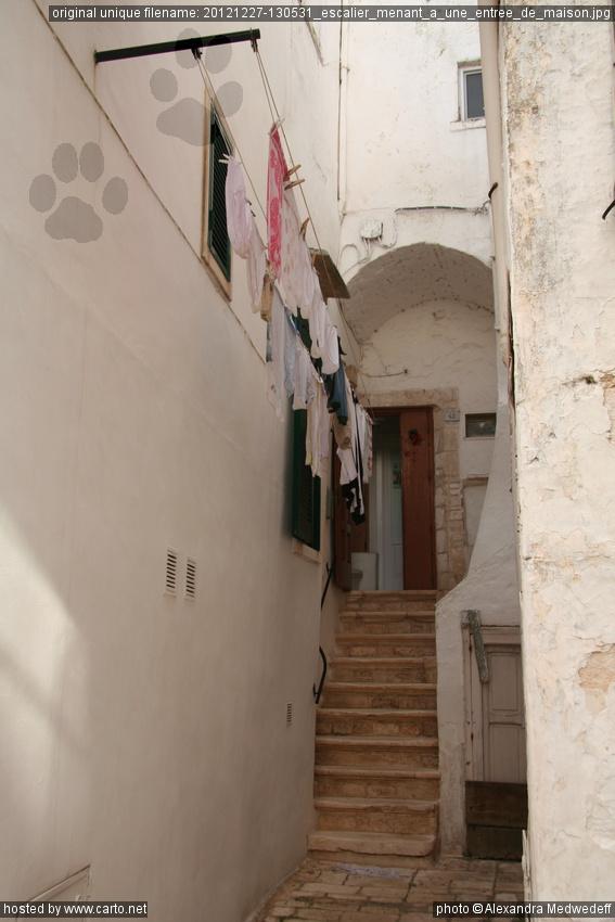 escalier menant une entr e de maison locorotondo. Black Bedroom Furniture Sets. Home Design Ideas