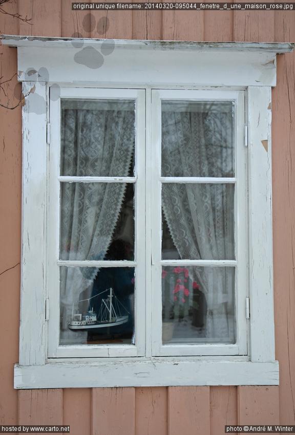 Fen Tre D 39 Une Maison Rose Mosj En Et Bloqu S Sur La Route