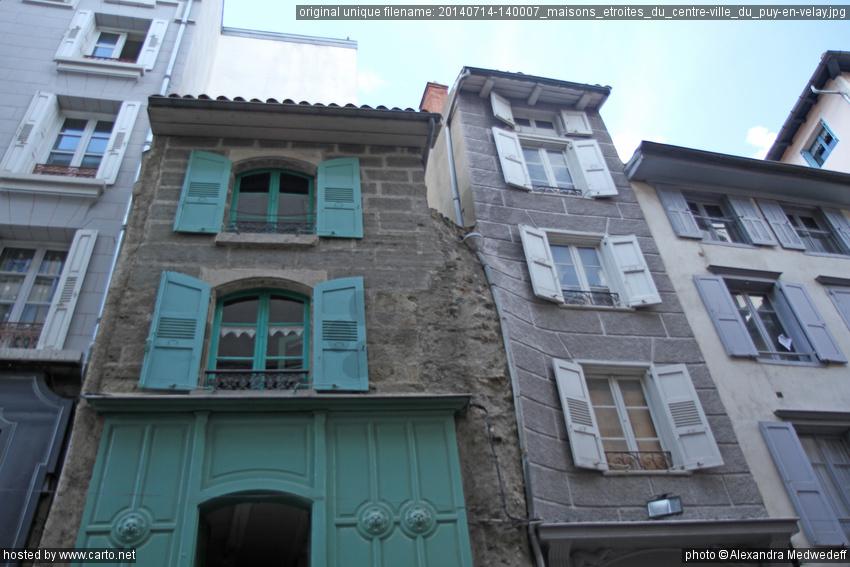 Maisons troites du centre ville du puy en velay puy en for Camping puy du fou piscine