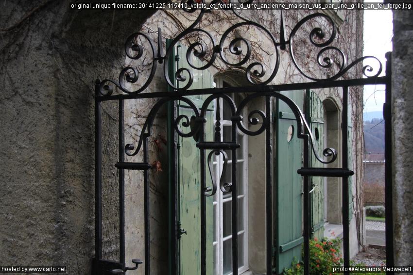Volets Et Fenêtre Dune Ancienne Maison Vus Par Une Grille En Fer