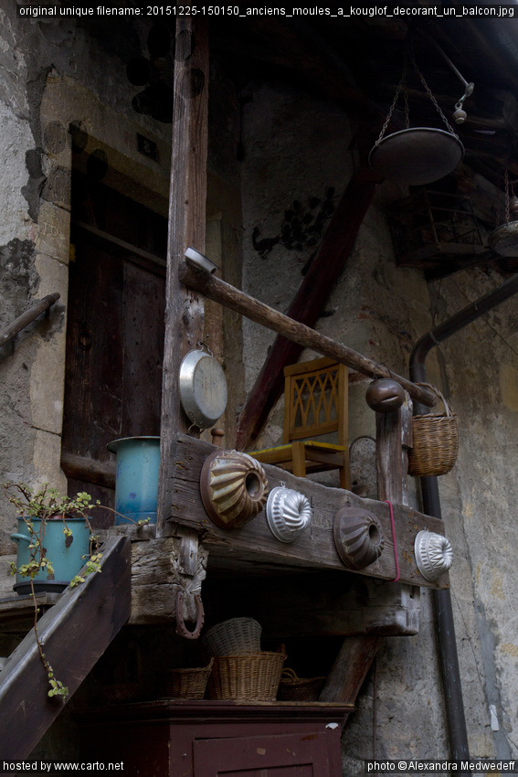 Anciens Moules à kouglof décorant un balcon (Morat une fin d'après ...