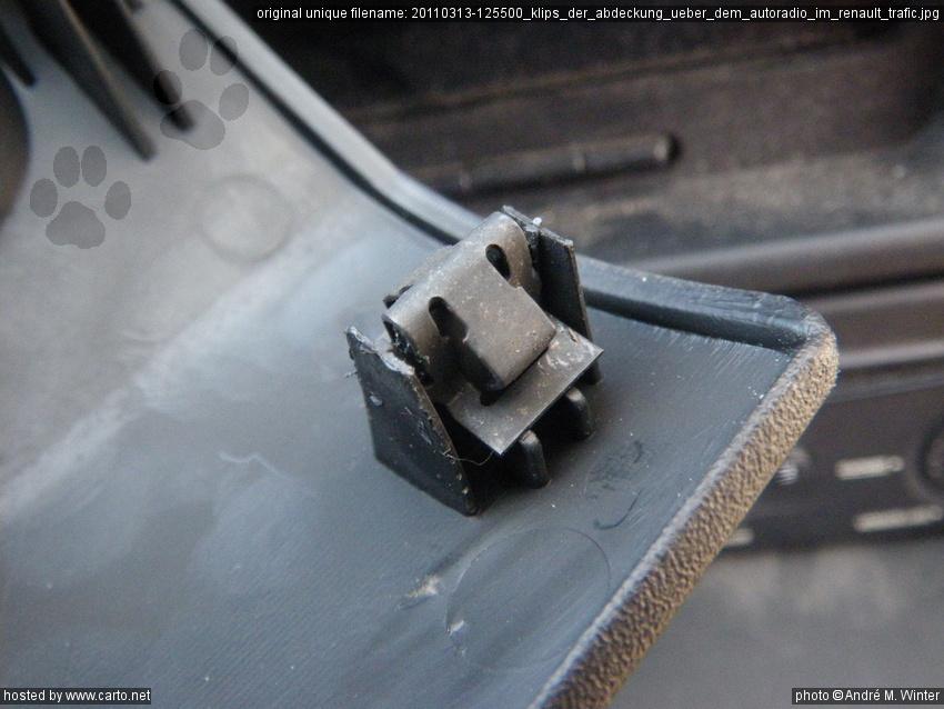 klips der abdeckung ber dem autoradio im renault trafic elektrik am renault trafic kastenwagen. Black Bedroom Furniture Sets. Home Design Ideas